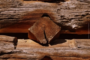Rare diamond notching in log building