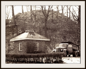 An unidentified building at the mound, c. 1951, was later demolished.